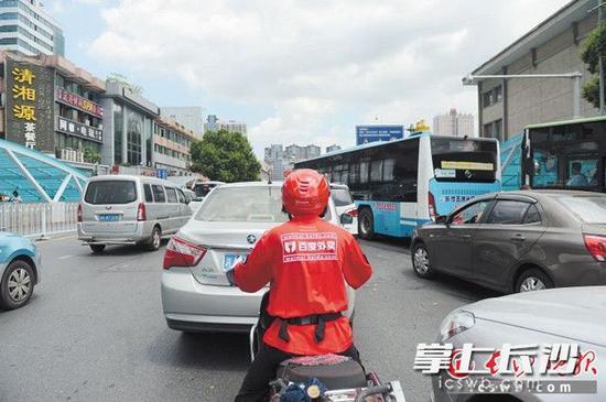 图为百度外卖的配送员正在送餐路上。长沙晚报记者 余劭劼 摄